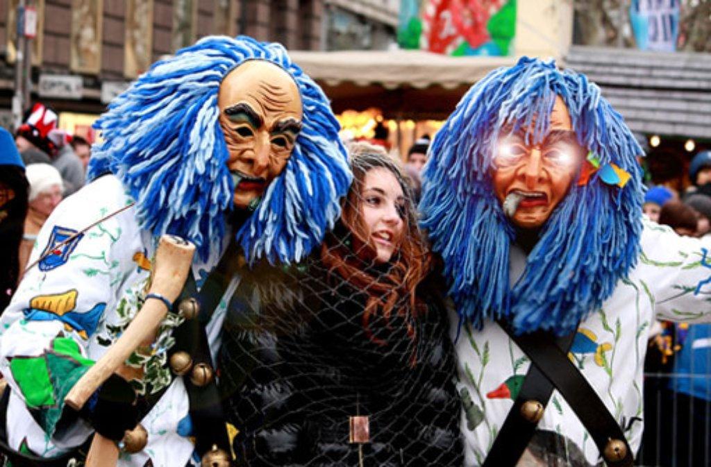 Stuttgarts hübsche Mädchen werden gerne mal von den Hästrägern eingefangen: Am Dienstag, dem 4. März, zieht das bunte Narrenvolk wieder beim großen Faschingsumzug durch die Innenstadt. Foto: Leserfotograf linsengericht