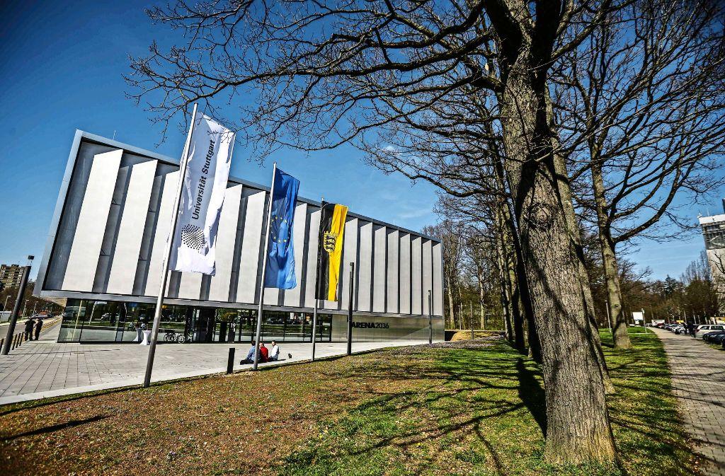 So präsentiert sich der Hallenneubau am Pfaffenwaldring: außen mit  gefalteter Aluminiumfassade, innen, hochfunktional, wandelbar und – noch – leer. Foto: Lichtgut/Leif Piechowski