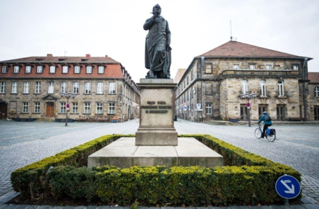 Das Jean-Paul-Denkmal auf dem  nach dem Dichter benannten Platz in Bayreuth. Foto: dpa