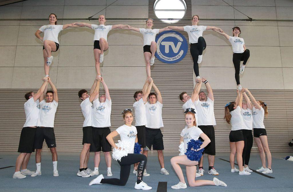 Die Cheerleader des TV Cannstatt mit einer ihrer leichteren Übungen. Foto: Pressefoto Baumann
