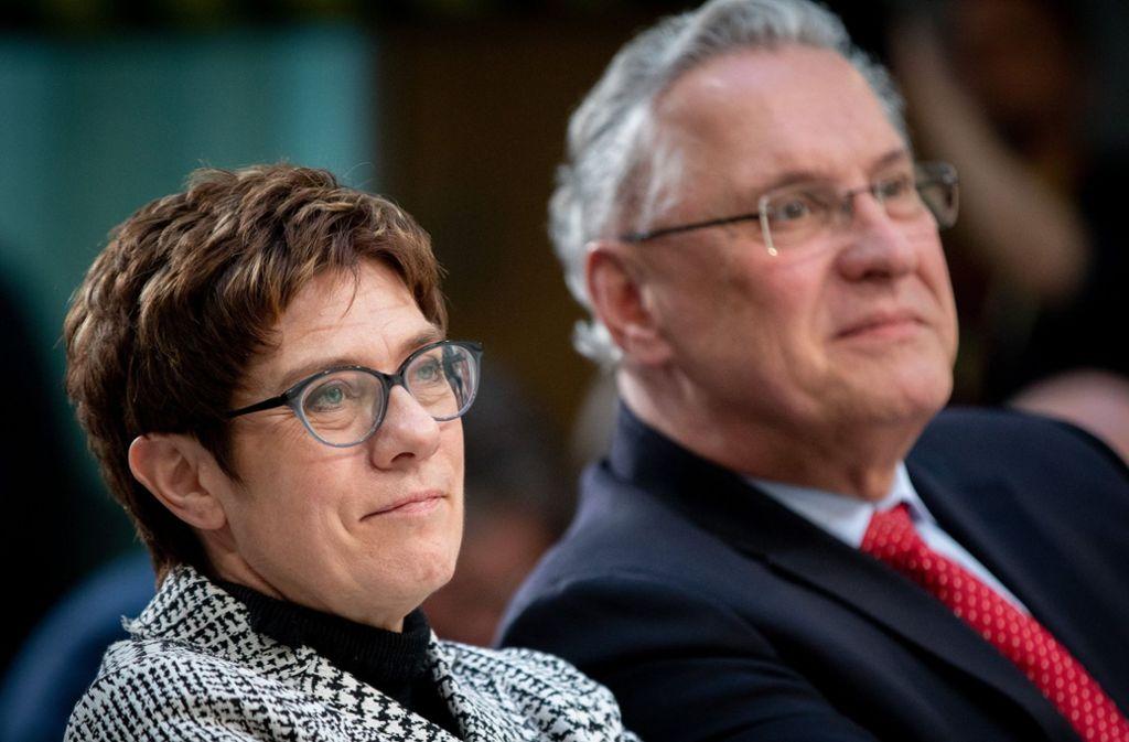 Bayerns Innenminister Joachim Herrmann (rechts) zeigt sich mit dem Vorstoß von Annegret Kramp-Karrenbauer zufrieden. Foto: dpa