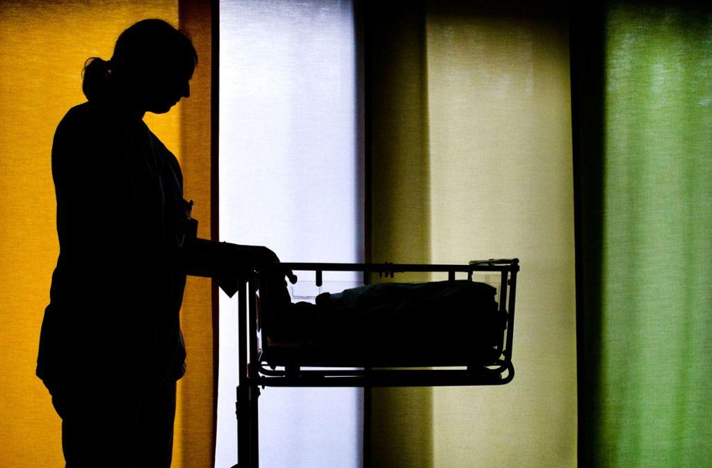Künftig werden Hebammen in einem dualen Studium auf die wachsenden Anforderungen in der Geburtshilfe vorbereitet. (Symbolfoto) Foto: dpa