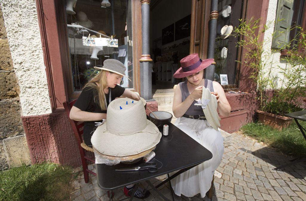 Wenn es heiß ist, dann nähen Birgit Sophie Metzger und Franziska Lambart wird auf dem Kopfsteinpflaster der Esslinger Altstadt. Foto: Horst Rudel