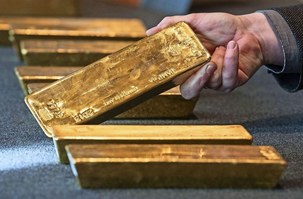 Kleiner als eine Milchtüte und zwölfeinhalb Kilo schwer: die Goldbarren der Bundesbank. Foto: dpa