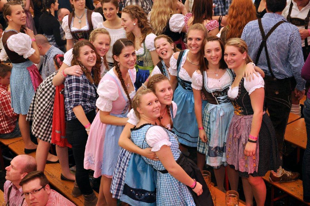 Die Dirndl an, die Krüge hoch und auf die Bänke - auf dem Stuttgarter Frühlingsfest ist die Stimmung gut. Foto: www.7aktuell.de |