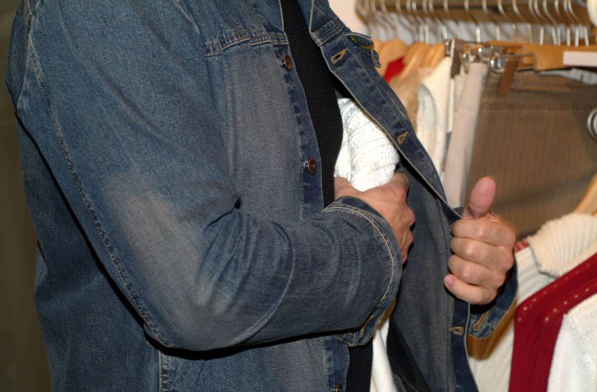 Die Tatverdächtigen nahmen mehrere Kleidungsstücke an sich. (Symbolbild) Foto: imago images/imagebroker/begsteiger