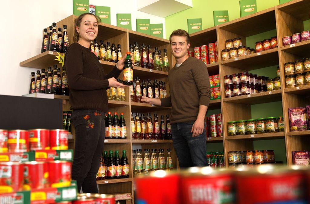 Die Azubis Ida Gloggengießer und Linus Brendle macht die Arbeit Spaß – auch weil die Kunden nach ihrer bisherigen Erfahrung den Werksverkauf gut annehmen. Foto: Ines Rudel