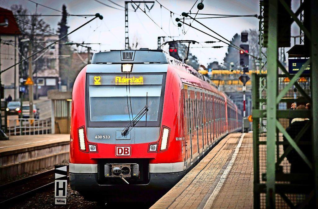 In fünf Jahren soll die S 2 von Vaihingen kommend nicht mehr in Filderstadt-Bernhausen enden, sondern über Sielmingen  nach Neuhausen weiterfahren. Foto: Lichtgut/Achim Zweygarth