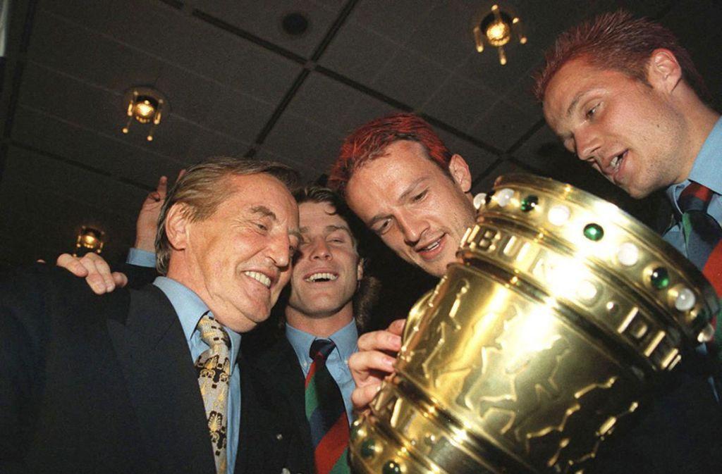 Hier wurde der Pokal nur begutachtet – wenig später gab es den Siegerschampus direkt aus dem Pott und auch Präsident Gerhard Mayer-Vorfelder ließ es sich nicht nehmen, sich einen tiefen Schluck zu gönnen. Foto: Baumann/Baumann