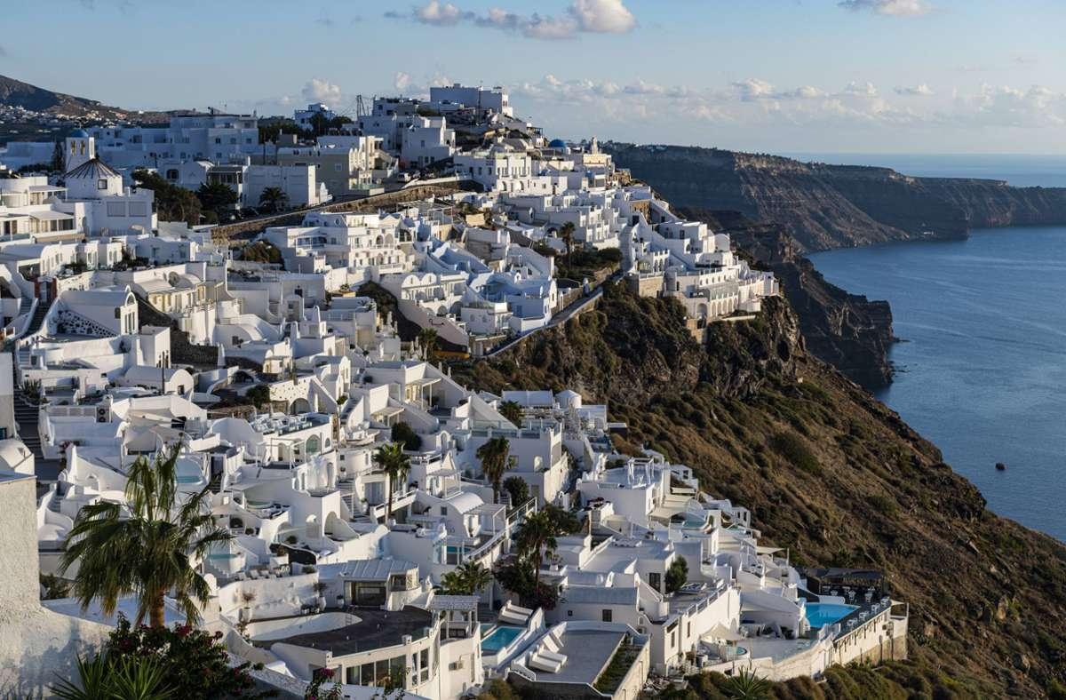 Die Insel Santorin ist eines von vielen bekannten griechischen Urlaubszielen. Foto: imago images/Westend61/Michael Runkel via www.imago-images.de