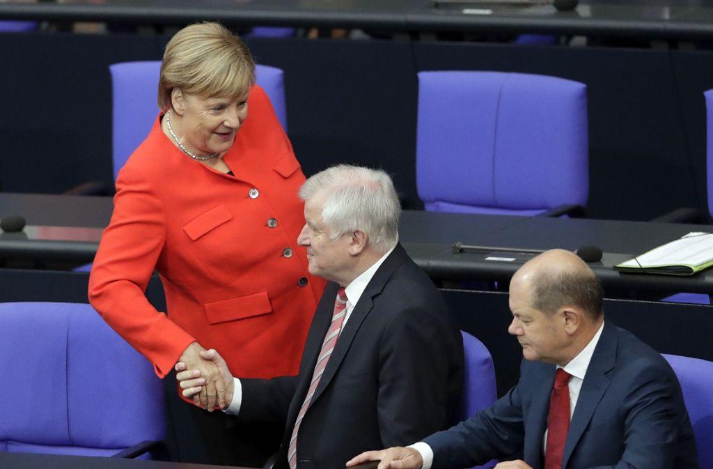 Das Dreigestirn einer Koalition, die nicht zu sich  findet: Angela Merkel, Horst Seehofer und Olaf Scholz Foto: AP