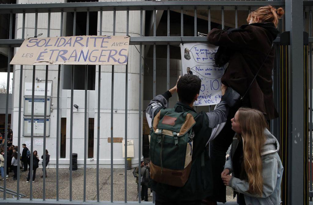 """Die Schülerproteste halten seit Wochenbeginn an. Dabei werden wie bei den """"Gelbwesten""""-Demonstrationen immer wieder Rufe nach einem Rücktritt von Präsident Emmanuel Macron laut. Foto: AP"""