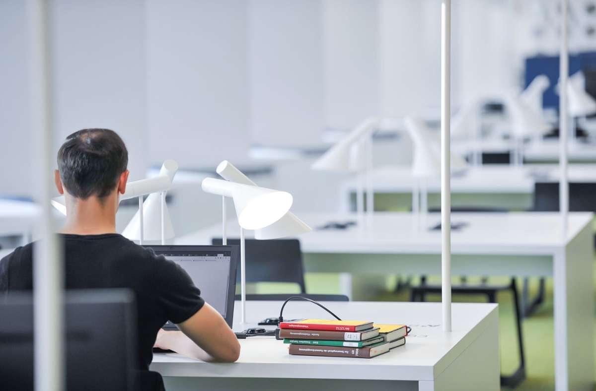 Mit der Reservierung der Arbeitsplätze tun sich nicht alle Bibliotheksnutzer leicht. Foto: Lichtgut/Max Kovalenko