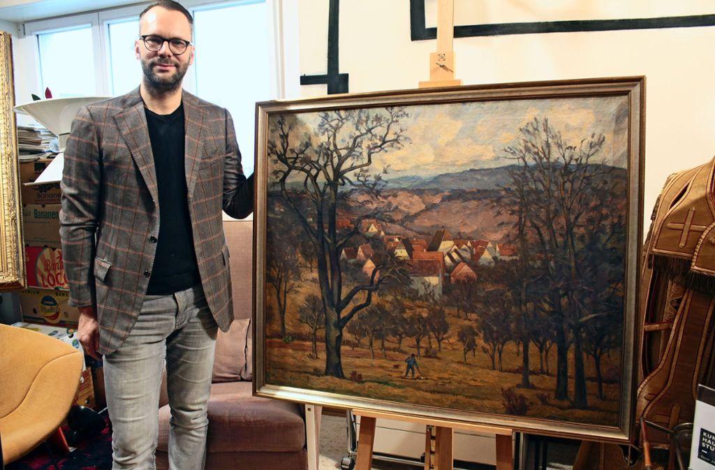 """Steffen Vollmar vom Kunsthaus Stuttgart präsentiert das Bild """"Blick auf Sillenbuch"""", das der Hölzel-Schüler Heinrich Eberhard 1935 gemalt hat. Foto: Ralf Recklies"""