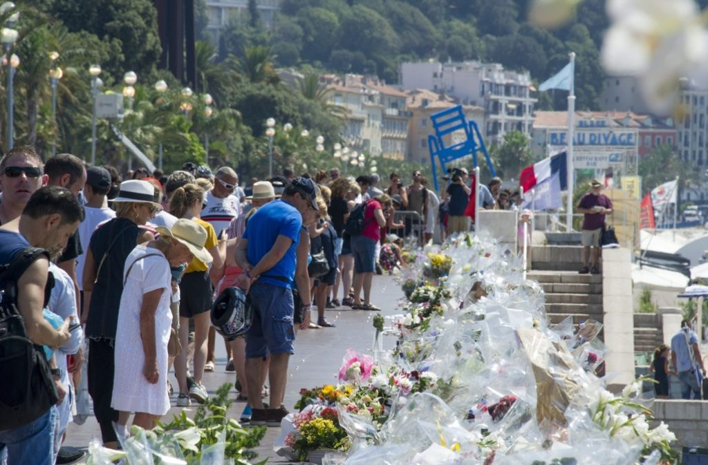 Ein Franzose hat im Internet Fundstücke von der Promenade des Anglais angeboten. Auf Nizzas berühmter Strandpromenade hatte sich jüngst ein Terroranschlag ereignet. Foto: EPA