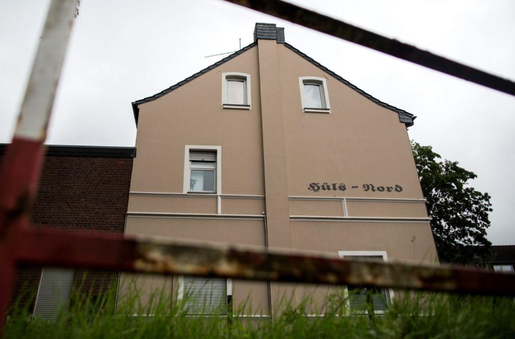 In diesem Haus in Krefeld-Hüls fand die schreckliche Tat am Montagmorgen (13. Juni) zwischen 4.30 und 4.45 Uhr statt. Foto: dpa