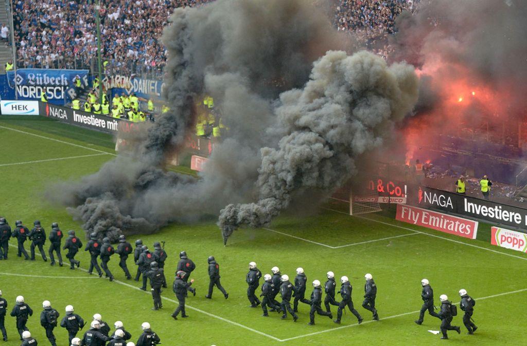 Rauchbomben und bengalische Feuer wurden im Volksparkstadion entzündet. Foto: dpa