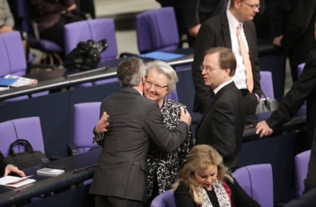 Thomas de Maiziere (CDU) und die ehemalige Bildungsministerin Schavan (CDU) umarmen sich am 17.12.2013 im Bundestag. Foto: dpa