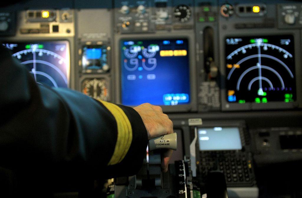 Ab Juni darf sich in deutschen Fluggesellschaften wieder ein Pilot allein im Cockpit aufhalten. (Symbolbild) Foto: dpa