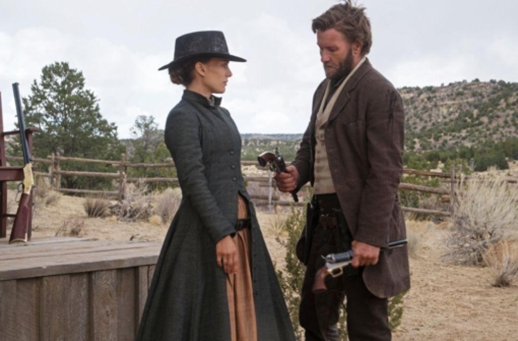 Jane Hammond (Natalie Portman) möchte tatkräftigere Hilfe von Dan Frost (Joel Edgerton) als bloß Tipps zum effizienteren Umgang mit dem Colt. Foto: Universum Film