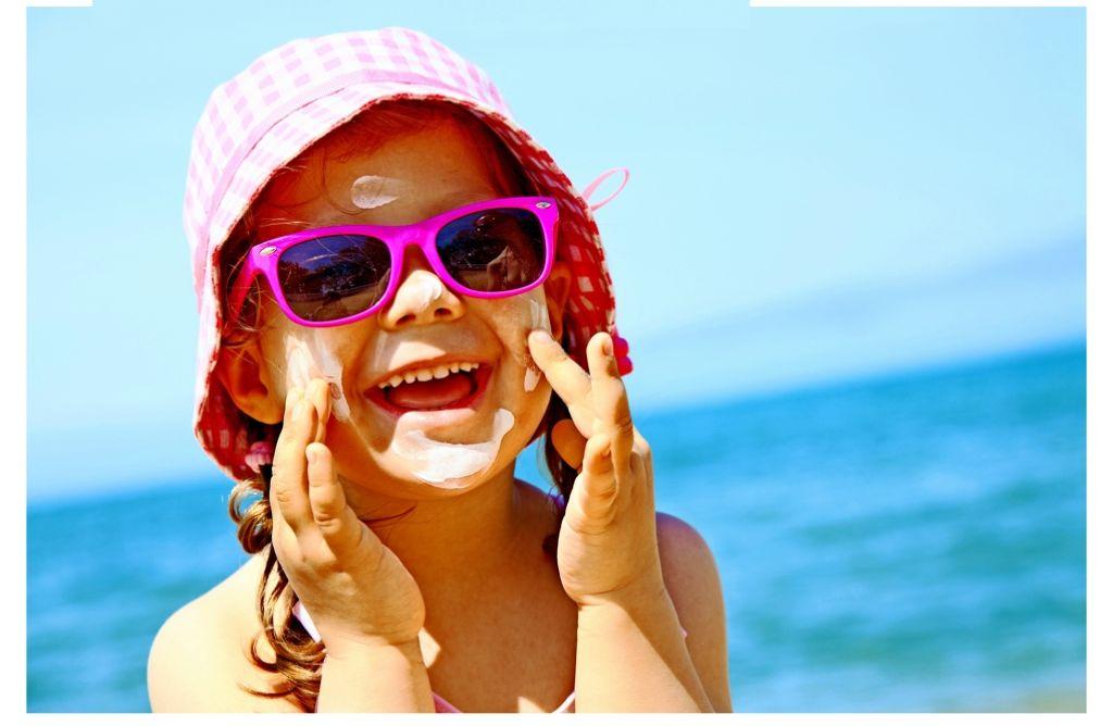 Macht nicht allen Kindern so viel Spaß, muss aber  sein: vor dem Sonnenbad eingecremen. Foto: fotolia