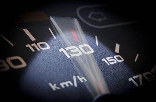 Mann fährt 60 km/h zu schnell – ohne Führerschein
