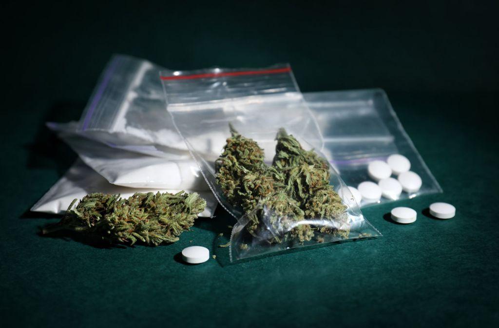 In der Wohnung des Mannes in Kornwestheim fanden die Polizisten jede Menge Drogen. (Symbolbild) Foto: Shutterstock/New Africa