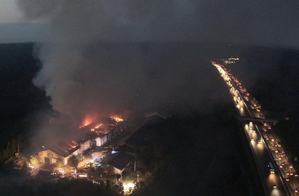 Um kurz nach 6 Uhr meldet die Feuerwehr, dass der Brand in der Vergärungsanlage Leonberg unter Kontrolle ist. Gelöscht wird noch vier Tage lang. Foto: Feuerwehr Leonberg