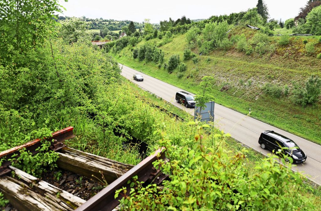 Bei der Weil der Städter Südumfahrung sind die Schienen unterbrochen. Dort wird eine Bahnbrücke gebaut. Foto: factum/