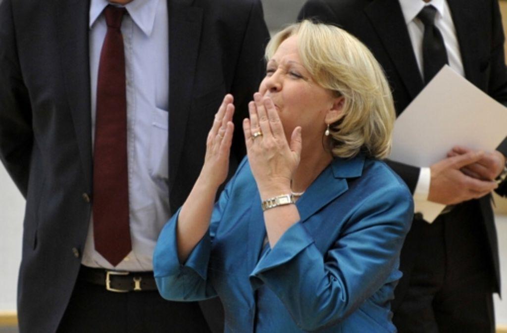 Küsschen für die Familie – Hannelore Kraft hat die Wiederwahl geschafft. Foto: dapd
