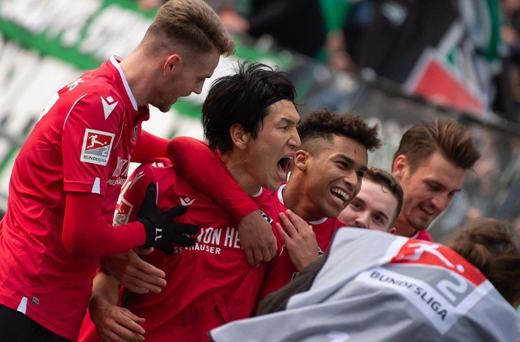 Genki Haraguchi (Zweiter von links) feiert sein Tor zum 3:2. Foto: dpa/Swen Pförtner