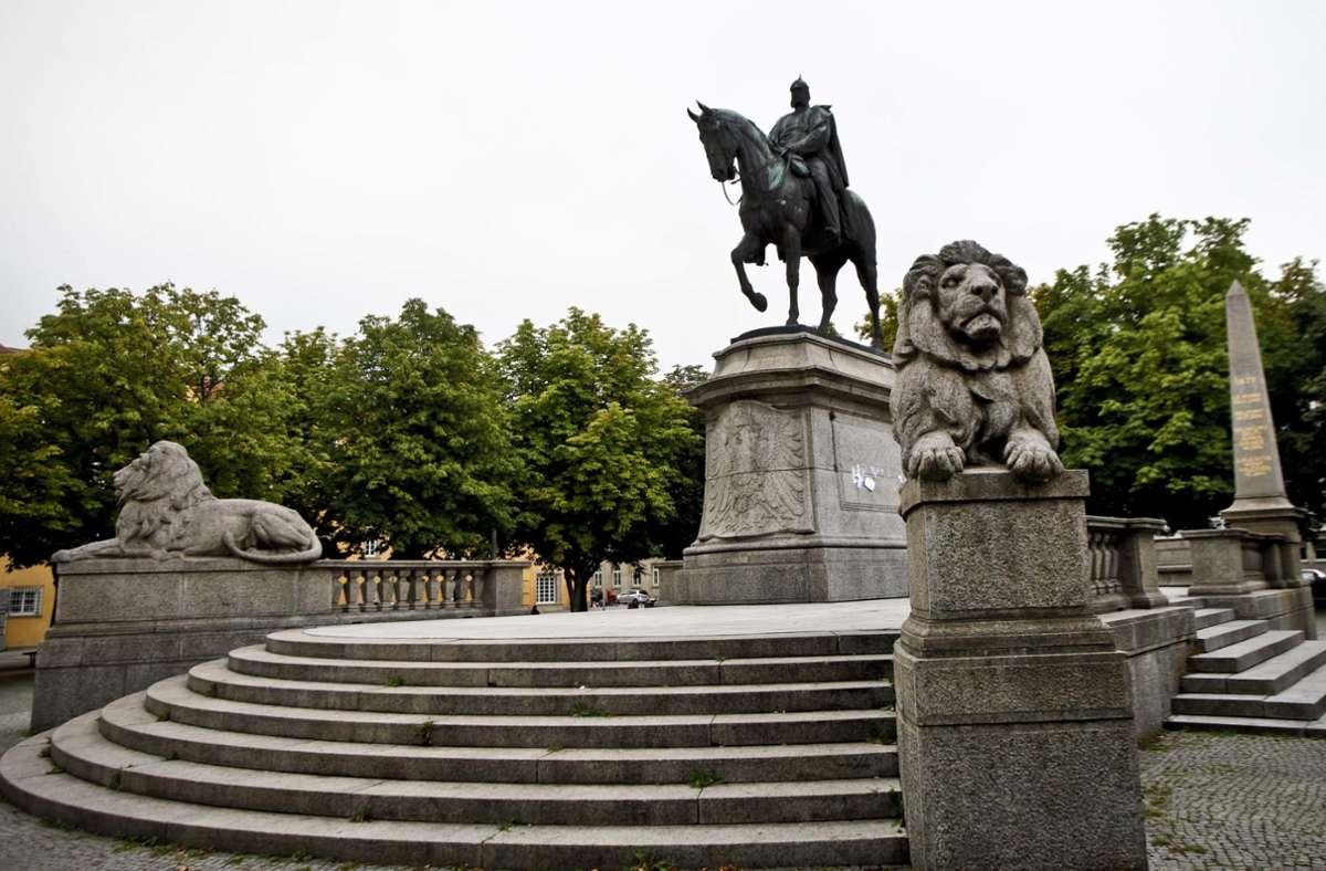 Der deutsche Kaiser Wilhelm I. hat, hoch zu Ross, auf dem Stuttgarter Karlsplatz nach wie vor  eine beherrschende Position inne. Foto: Peter-Michael Petsch/PPfotodesign