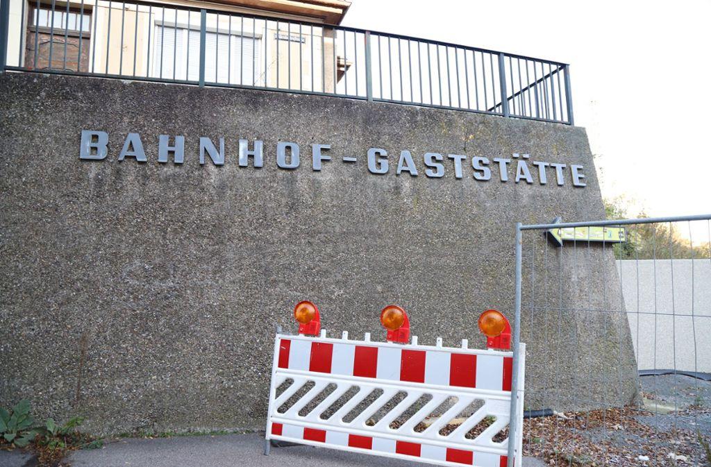 """Rechts neben der Mauer unterhalb der  """"Bahnhof-Gaststätte"""" soll vor dem gerodeten Hang zu den Gleisen der neue, 13 Meter hohe Radturm entstehen. Foto: Patricia Sigerist"""