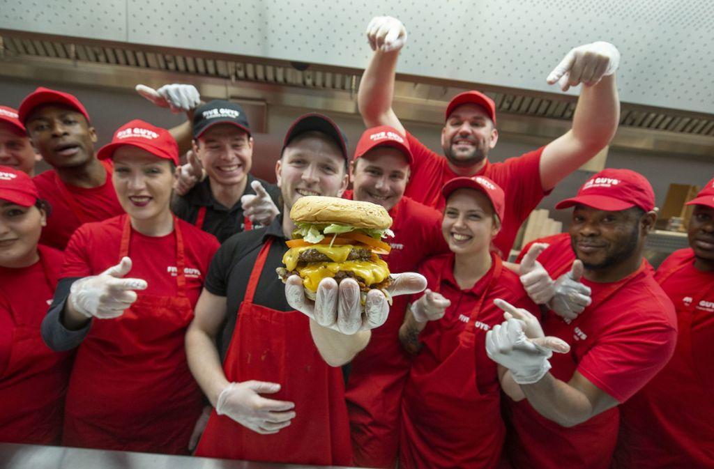 Auf die Burger von Five Guys hat so mancher lange gewartet. Foto: Lichtgut/Leif Piechowski