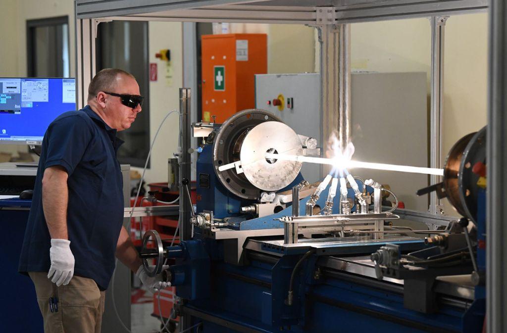 Hier werden Glasfaserkabel hergestellt. In der Region Stuttgart sollen sie verlegt werden. Foto: dpa