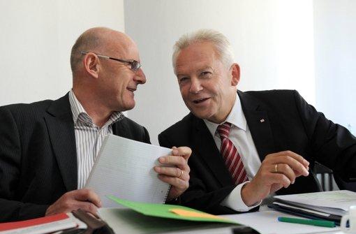 Landesverkehrsminister Winfried Hermann (Grüne, l.) – hier im Gespräch mit Bahnchef Rüdiger Grube – hat der Bahn offiziell mitgeteilt, dass sich das Land nicht an Mehrkosten für die Variante Filderbahnhof plus beteiligt. Foto: dpa