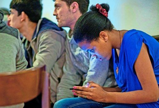 Die Kommunikation  via Netz mit der Heimat ist für Flüchtlinge wichtig. Foto: dpa