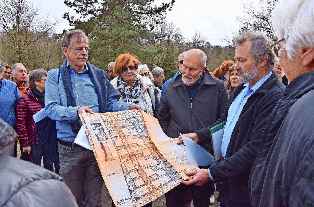 Bertram Maurer vom Verein Garnisonsschützenhaus beschreibt mit Hagen Müller, einem der Friedhofsgärtner, wie der Dornhaldenfriedhof geplant wurde. Foto: Petra Mostbacher-Dix