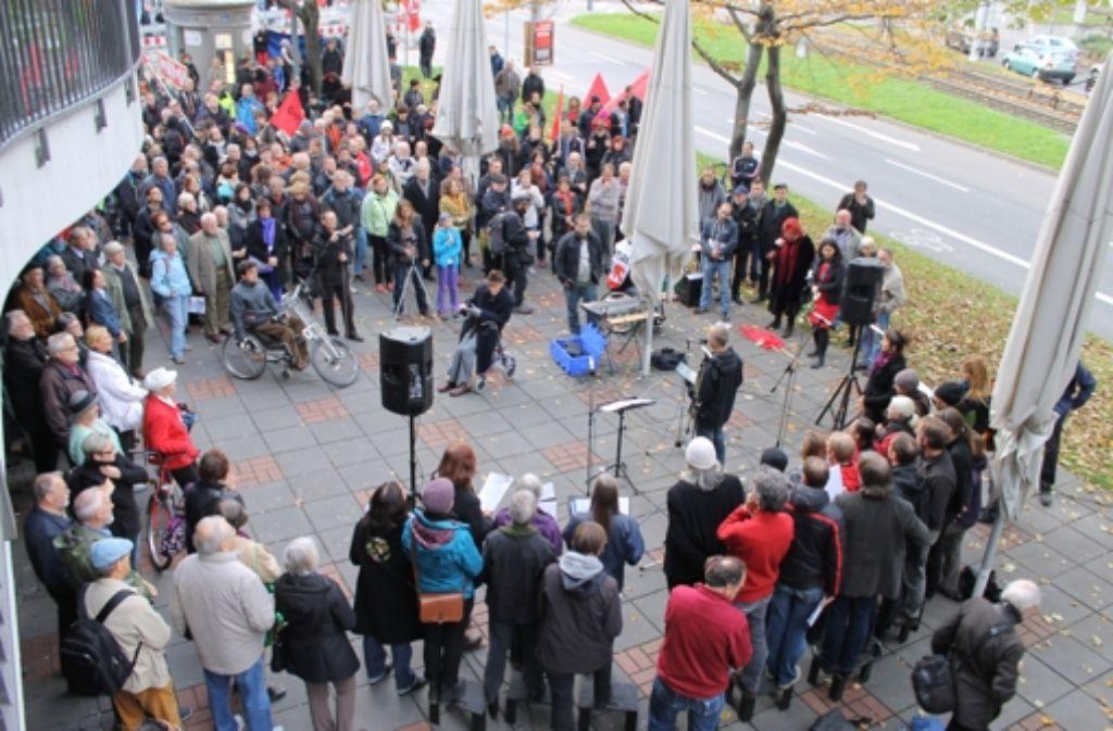Die Gedenkveranstaltung fand vor dem Café Bliss statt. Dort hatte die Band- und Gurtenweberei der Familie Marx ihren Hauptsitz. Foto: Maira Schmidt
