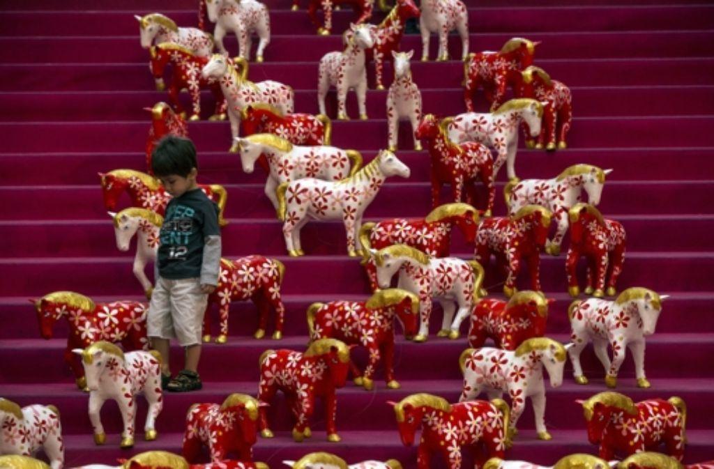 Pferde, so weit das Auge reicht: Die kommenden zwölf Monate stehen ganz im Zeichen dieses Tiers. Eindrücke vom chinesischen Neujahrsfest zeigen wir in der Fotostrecke. Foto: dpa
