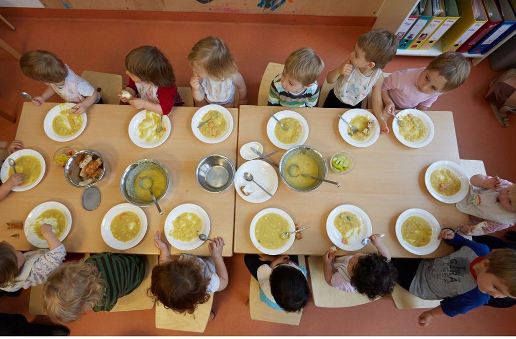 Nach dem Essen wird's eng: Kitas schränken wegen Erzieherinnenmangel die Betreuungszeit ein. Foto: dpa