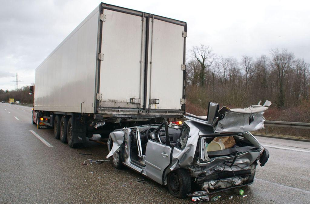 Der VW wird bei dem Unfall unter den Lastwagen geschoben. Foto: SDMG/Gress