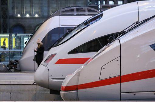 Mann geht auf Bahn-Mitarbeiterin los