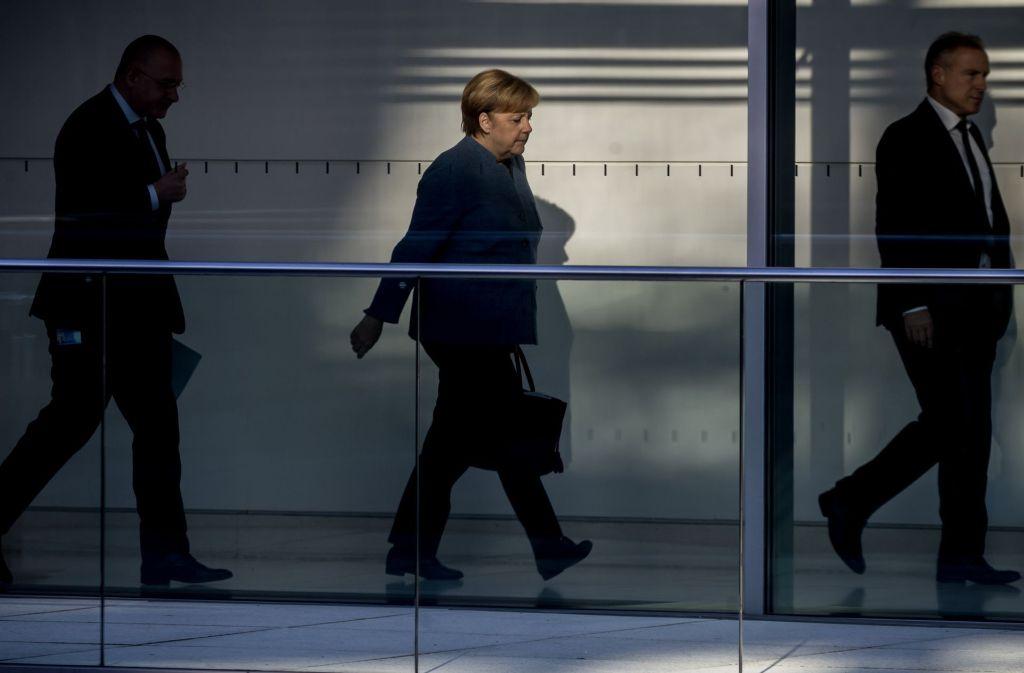Bundeskanzlerin Angela Merkel auf dem Weg zu den Sondierungsgesprächen. Foto: dpa