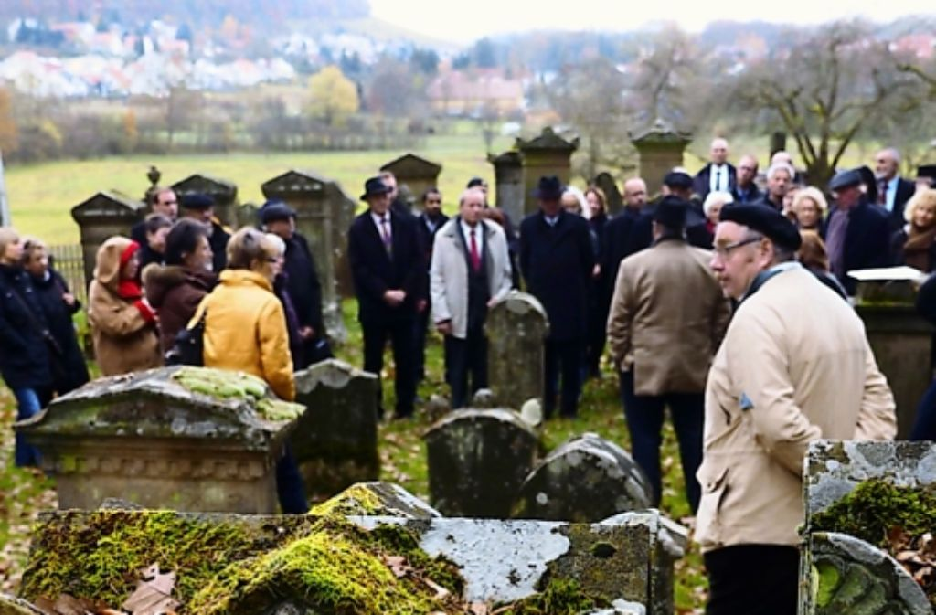 Erinnerung: Die Besucher des Studientags besuchen den jüdischen Friedhof, der 2007 von Nazis verwüstet wurde. Foto: factum/Weise