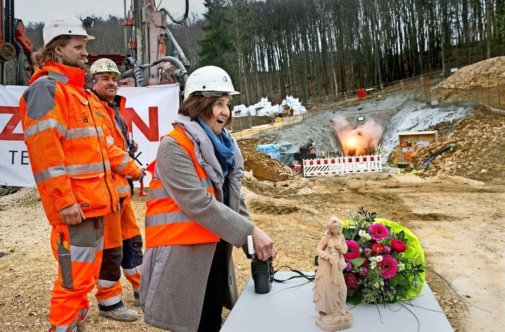 Die Tunnelpatin Aloisia Tritschler, die Gattin des Wiesensteiger Bürgermeisters,  drückt den Knopf für die symbolische erste  Sprengung. Foto: Horst Rudel