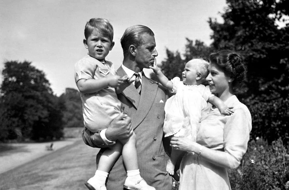Ein Bild aus den Tagen, bevor aus Lilibet Queen Elizabeth II. wurde – Prinz Philip, Prinzessin Elizabeth mit den Kindern Charles und Anne im Jahr 1951. Foto: dpa/Pa