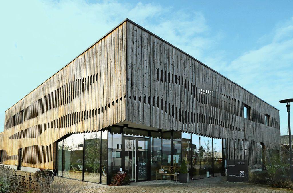 Das Lärchenholz am Gebäude der Weinkellerei Kern bekommt allmählich eine silbergraue Patina. Foto: Patricia Sigerist