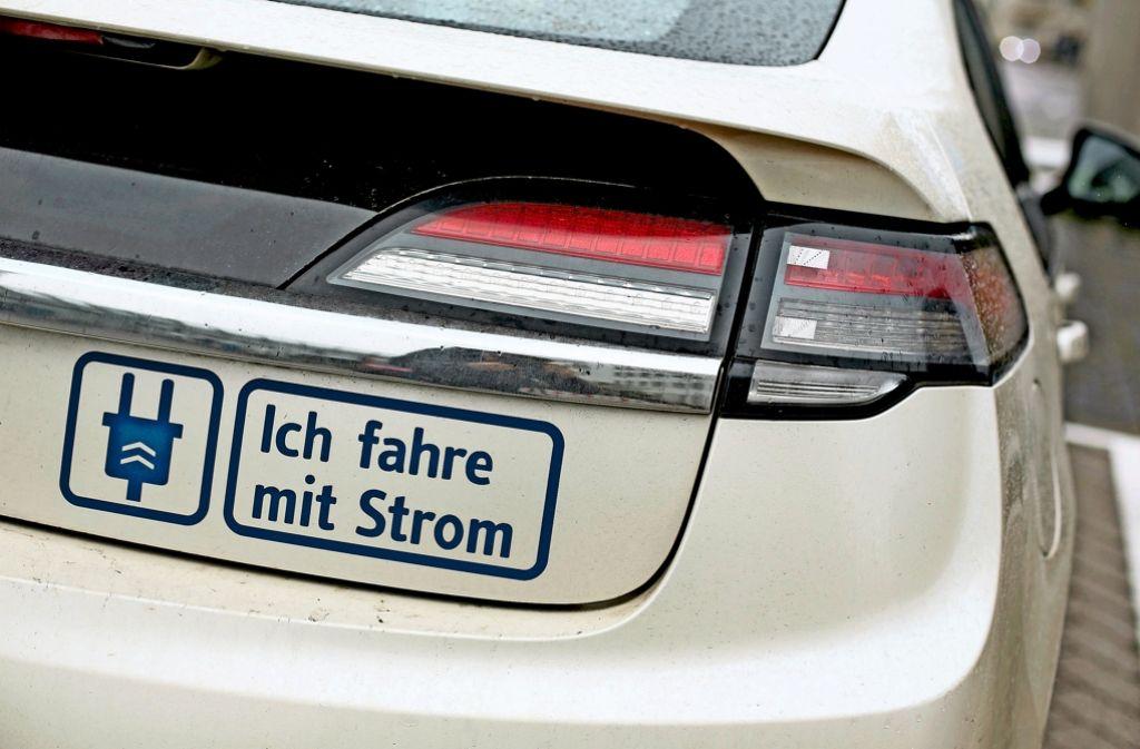 Ein strombetriebener Opel Ampera hängt an einer Ladesäule. Zahlreiche Elektroautoprojekte im Land kämpfen mit Problemen. Foto: dpa