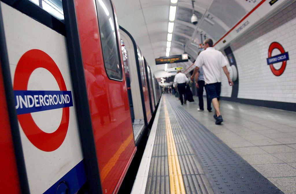 In London wagt ein Mann den Versuch: Er startet einen Wettkampf gegen die U-Bahn. Foto: epa